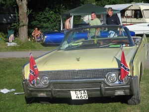 800px-60's_car_with_confederate_flag_at_Power_Big_Meet_2005
